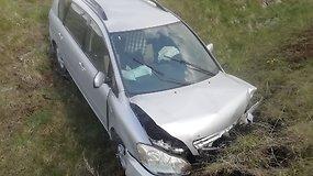 Pasivažinėjimas vogtu automobiliu Pakruojo gyventojui baigėsi griovyje