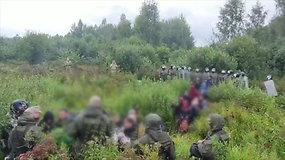 Vaizdo įraše – riaušėms malšinti skirtą ekipuotę dėvintys baltarusiai stumia migrantus į Lietuvos teritoriją