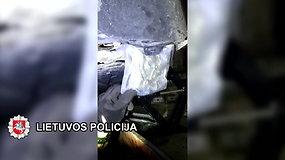 Moteris įtariama vykdžiusi narkotikų kontrabandą: automobilyje aptikta apie 11 kg. kanapių