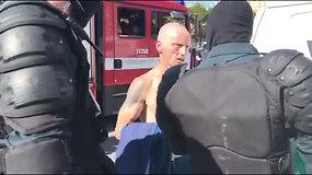 Mitinge prie Katedros – pirmieji incidentai: keli vyrai išvesti, vienas po apžiūros paleistas