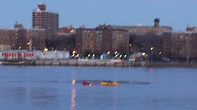 Užfiksuota, kaip Niujorke sraigtasparnis nukrito į upę – žuvo 5 žmonės