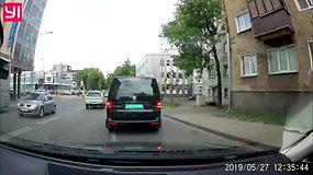Policijos automobilio manevras Vilniuje, degant raudonai šviesai