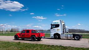 """DKV Live Metų sunkvežimio"" konkurso eksperimentas: vilkikas ""Ford F-Max"" prieš ""Ford Focus"""