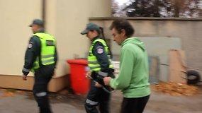 Į Kelmės rajono teismą atvežtas žudynėmis Kražiuose įtariamas 57 metų įtariamasis Rimantas Bekintis