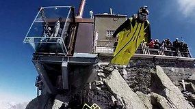 """Pamatykite: """"Base jumping"""" adrenalino fanatikų šuolis nuo ledyno"""