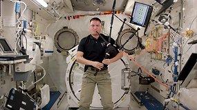 Astronautas Kjellas Lindgrenas kosmose užgrojo  dūdmaišiu