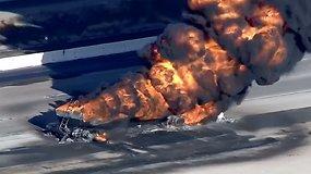 Kalifornijos greitkelyje užsiliepsnojo dujų cisterna