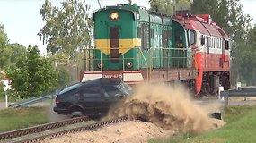 Verta pamatyti: traukinio lokomotyvo ir SAAB susidūrimas pervažoje