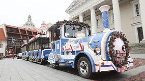 Kalėdinis traukinukas vėl važinėja Vilniaus gatvėse