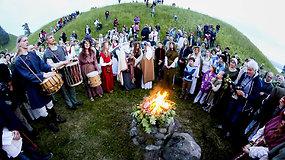 Kernavėje – tradicinės Joninės su laužais ir vainikais