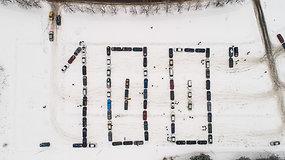 """""""Volvo"""" klubas iš automobilių suformavo sveikinimą Lietuvai"""