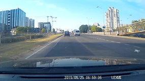 Vilniuje iš važiuojančio mikroautobuso vienas po kito krito kačiukai