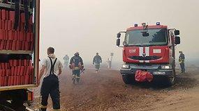 Ugniagesiai kovoja su ugnimi durpyne – situacija labai sudėtinga