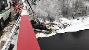 Sunkvežimio avarija ant ir po Merkio upės tiltu