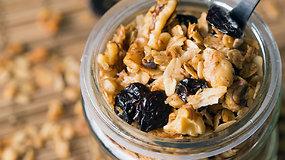 Avižinė granola su riešutais ir vyšniomis pagal Liutaurą Čepracką
