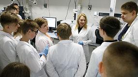 """""""Noriu pažinti"""": moksleiviai ištyrė, kiek vaistų likučių yra Kuršių marių vandenyje"""