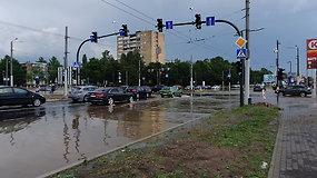 Kaune lietus užliejo Taikos prospekto sankryžą