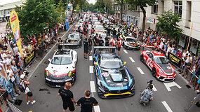 """""""Aurum 1006 km"""" lenktynių parade – gerai nusiteikę sportininkai ir įspūdingi automobiliai"""