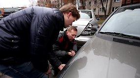 Kaune BMW rėžėsi į stovinčius automobilius, liudininkų pasakojimai