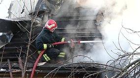Kaune naujų metų išvakarėse padegtas apleistas namas