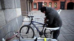Kauno savivaldybės darbuotojai nepaisydami šalčio į darbą važiuoja dviračiais
