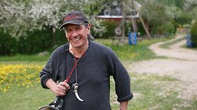 """""""Žalvario parko"""" įkūrėjas Algirdas Nomeika svečius pasitinka iššaudamas patrankos šūvį"""