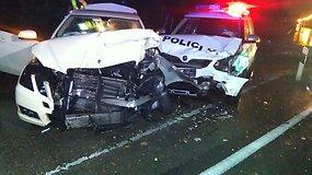 Vaizdo registratorius užfiksavo, kaip persekiotas bėglys rėžėsi į policijos automobilį