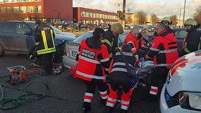 """Avarija Kaune – BMW trenkėsi į kelią pastojusį """"Opel"""""""