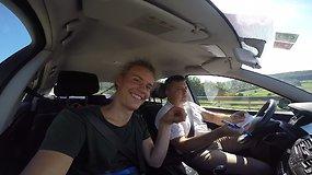 Kurčias vaikinas iš Lietuvos su jį pavežančiais vairuotojais susirašinėja