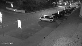 Ant automobilio šokinėjusį pilietį sulaikė pataisos pareigūnai