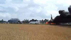 Po avarijos kelyje Šiauliai-Panevėžys užsiliepsnojo automobiliai