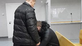 Jaunuolį teisme saugojo jį apsupę tėvai