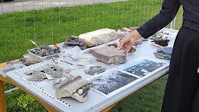 Archeologė R.Nabažaitė demonstruoja Jono bažnyčios vietoje aptiktus radinius