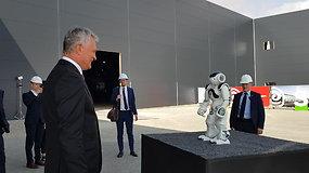 SBA gamykloje Prezidentą G.Nausėdą pasitiko robotas vardu Ąžuolas.
