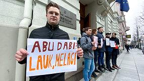 """Prie ministerijos susirinkę protestuotojai ministrui šaukė: """"Abu Dabi, lauk melagi!"""""""