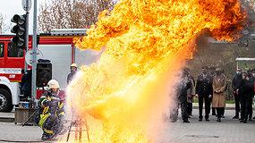 Ugniagesiai parodė, kodėl įkaitusio aliejaus negalima gesinti vandeniu: svarbu žinoti kiekvienam