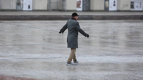 Po lietingos nakties sostinės gatvės virto čiuožyklomis