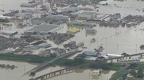 Japonijoje liūtys sukėlė didelius potvynius, apsemtos gyvenvietės, purvu užversti namai
