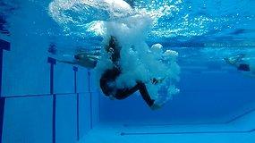 Jos mus saugo. Vandens iššūkis pareigūnėms: į baseiną – surištomis rankomis ir maišu ant galvos