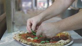 Užburianti meistrystė: kaip istorinėse Neapolio picerijose kepama kilminga pica