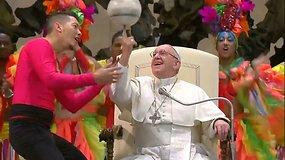 Popiežius Pranciškus kartu su cirko artistais ant piršto suko futbolo kamuolį