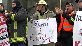 Ugniagesiai gelbėtojai per mitingą pasakė, kiek uždirba ir kaip dirba