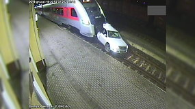 Nufilmuotas automobilio ir traukinio susidūrimas prie Dotnuvos geležinkelio stoties