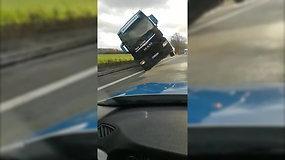 Vokietijoje stiprus vėjas nuvertė ant kelio stovintį vilkiką