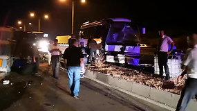 Kraupi avarija Turkijoje: lietuvius vežęs autobusas rėžėsi į sunkvežimį