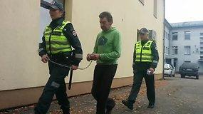 Į Kelmės rajono teismą atvestas žudynėmis įtariamas Rimantas Bekintis