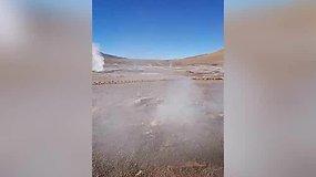El Tajino geizerių lauke iš žemės veržiasi geizeris