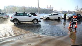 Vilniuje trūkęs vandentiekio vamzdis užliejo Upės gatvę, sutriko eismas