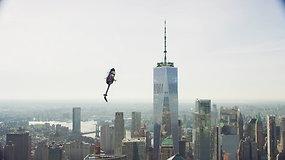 Aukštasis pilotažas: įspūdingi sraigtasparnio triukai Niujorke