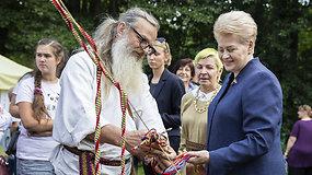 Po pertraukos Dalia Grybauskaitė pasirodė viešumoje – dalyvavo Medkopio pabaigos šventėje